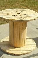 Tavolo realizzato con una bobina di filo per gli amanti del vino 2