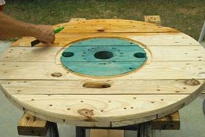 Tavolo realizzato con una bobina di filo per gli amanti del vino 5