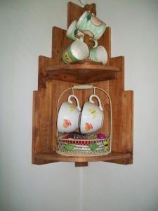 Mensola ad angolo realizzato con tavole pallet per la cucina 1