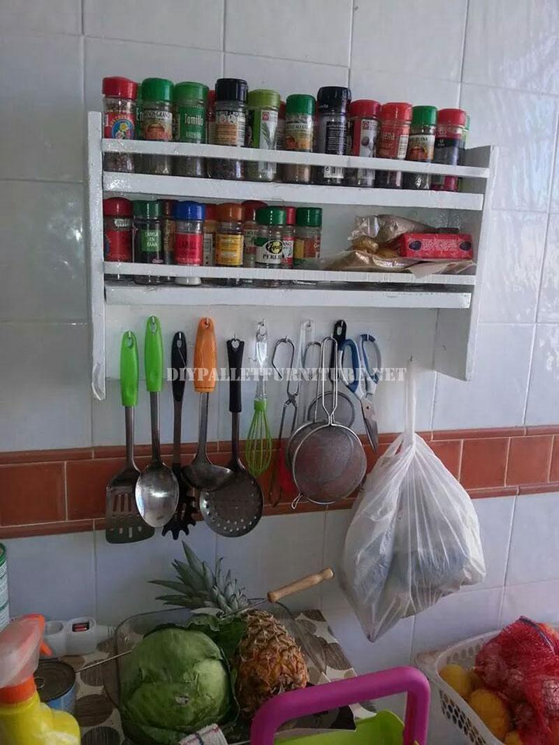 Mensola della cucina per le specie con palletmobili con pallet mobili con pallet - Estanterias para la cocina ...
