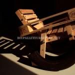 Progettazione Curioso di una sedia a dondolo a base di prodotti riciclati