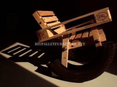 Progettazione Curioso di una sedia a dondolo a base di prodotti riciclati 1