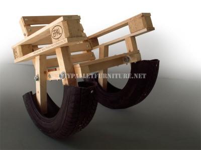 Progettazione Curioso di una sedia a dondolo a base di prodotti riciclati 2
