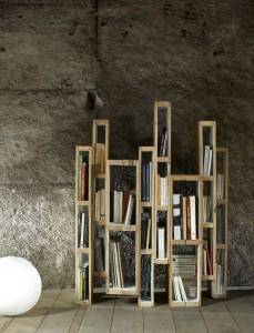 Biblioteca costruita con pallet in verticale
