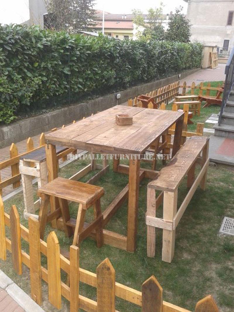 Set di mobili da giardino per il giardino costruito for Tarimas de madera para jardin