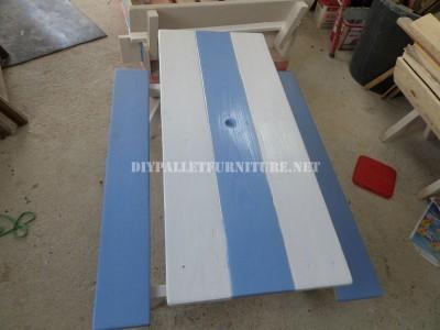 Tavolo con panche incorporate fatte di assi di pallet 1
