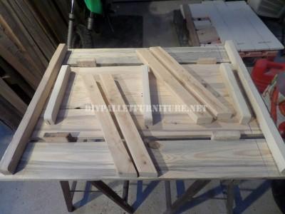 Tavolo con panche incorporate fatte di assi di pallet 3