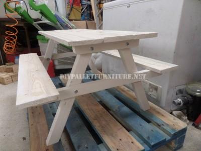 Tavolo con panche incorporate fatte di assi di pallet 5