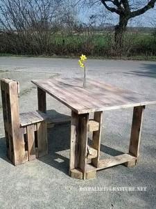 Tavolo e sedia da pranzo costruita con pallet