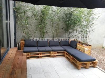 2 divani per esterni costruiti con pallet e lo stesso sistema 1