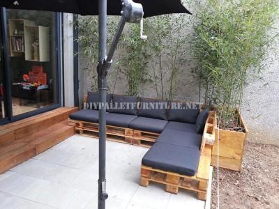 2 divani per esterni costruiti con pallet e lo stesso sistema 2