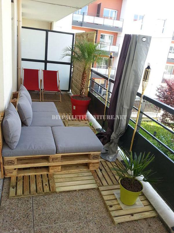 2 divani per esterni costruiti con pallet e lo stesso ...