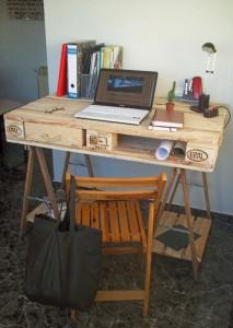 Desk fatto da un pallet e 2 cavalletti 1