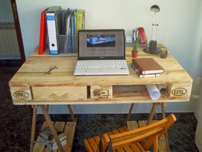 Desk fatto da un pallet e 2 cavalletti 2