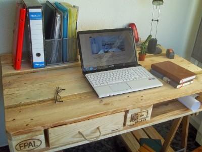 Desk fatto da un pallet e 2 cavalletti 3