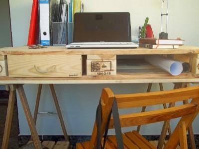 Desk fatto da un pallet e 2 cavalletti 4