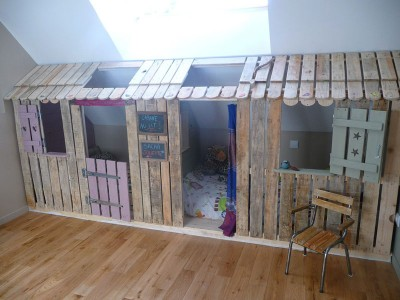 Petite-maison-et-chambres-à-coucher-avec-des-palettes-pour-les-enfants-1