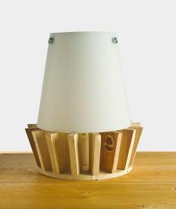 Piccola lampada da comodino con tavole pallet 1