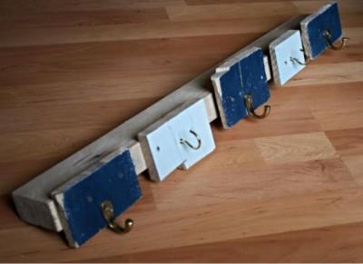 Semplice appendiabiti realizzato con tavole di pallet 1