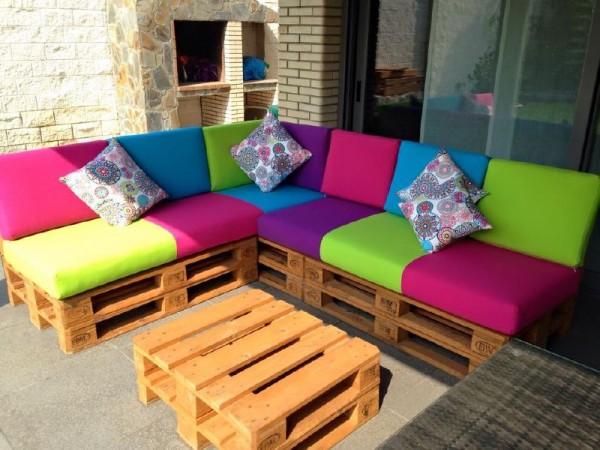 Divano colorato per il terrazzomobili con pallet mobili for Divano per terrazzo