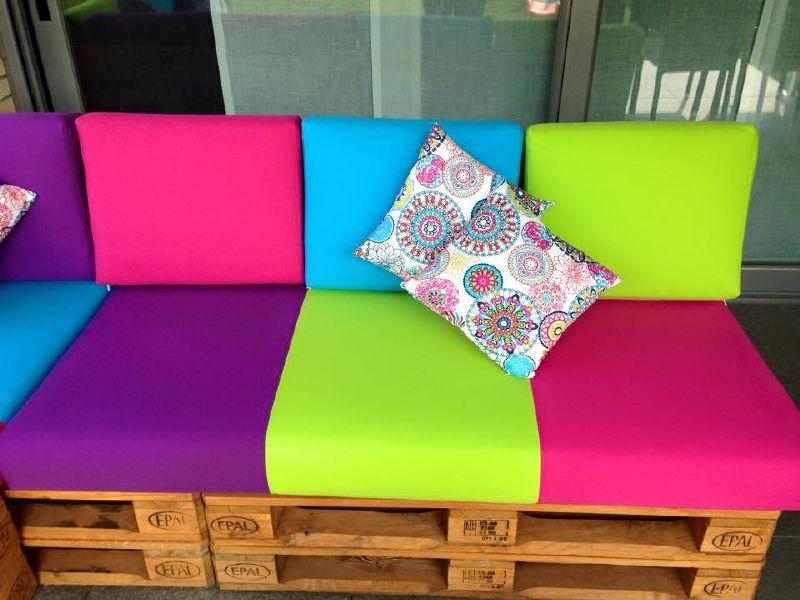 Divano colorato per il terrazzomobili con pallet mobili for Mobili per il terrazzo