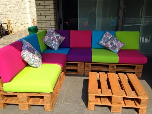 Divano colorato per il terrazzomobili con pallet mobili for Divani da terrazzo