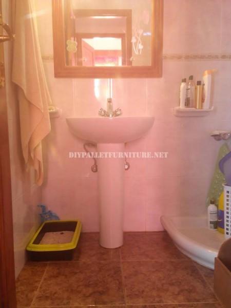 Gabinetto per il lavandino del bagno realizzato con pallet 2