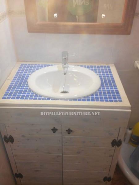 Gabinetto per il lavandino del bagno realizzato con pallet 4