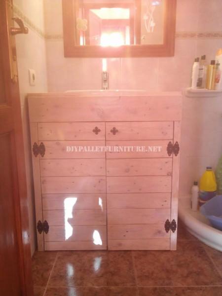 Gabinetto per il lavandino del bagno realizzato con pallet 5
