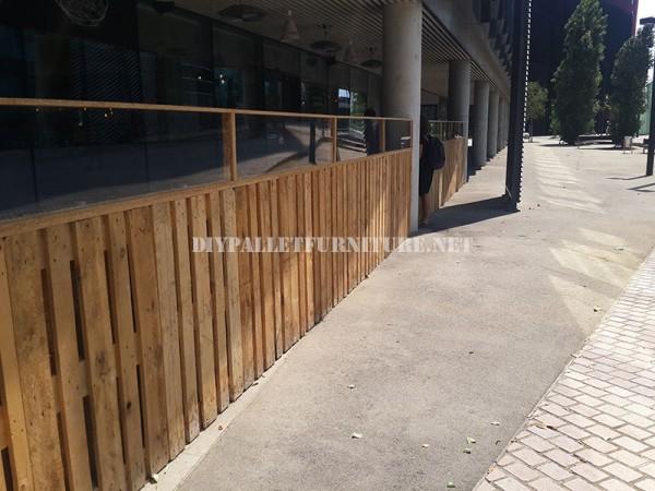Recinzioni per una terrazza bar-ristorante a base di pallet 3