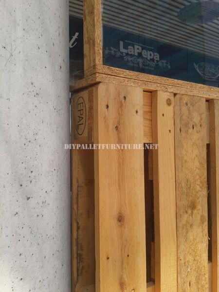 Recinzioni per una terrazza bar-ristorante a base di pallet 4