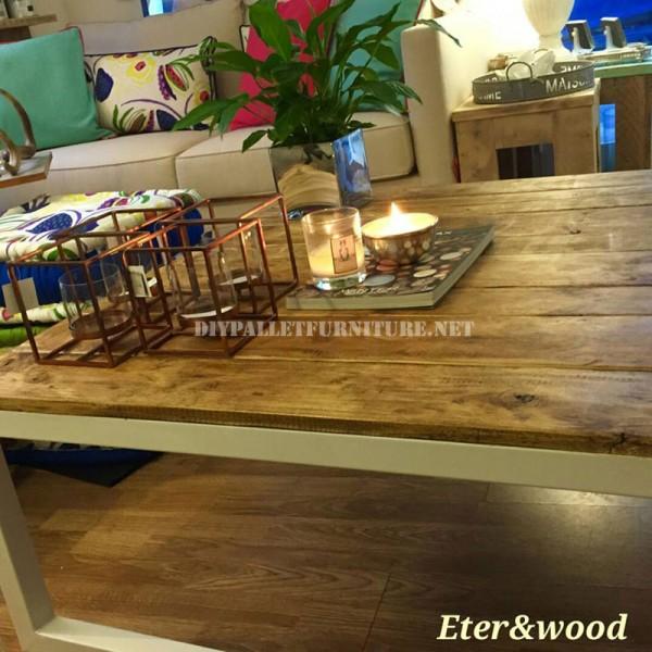 Tavolo realizzato con tavole pallet e una struttura in tubolare metallico 3