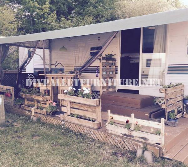Come decorare la terrazza della vostra casa mobile con pallet 1