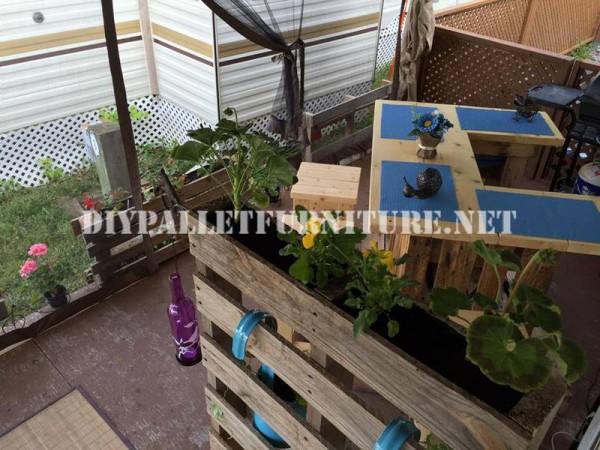 Come decorare la terrazza della vostra casa mobile con pallet 3