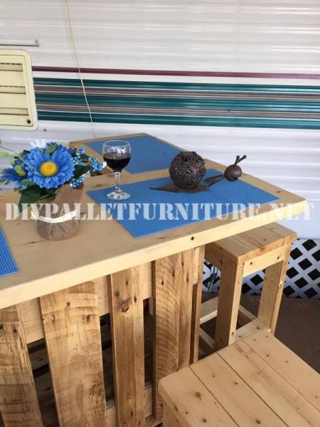 Come decorare la terrazza della vostra casa mobile con pallet 8