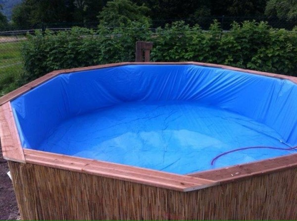 Enorme piscina costruita con pallet passo dopo passo 1