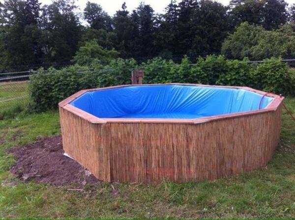 Enorme piscina costruita con pallet passo dopo passo 6