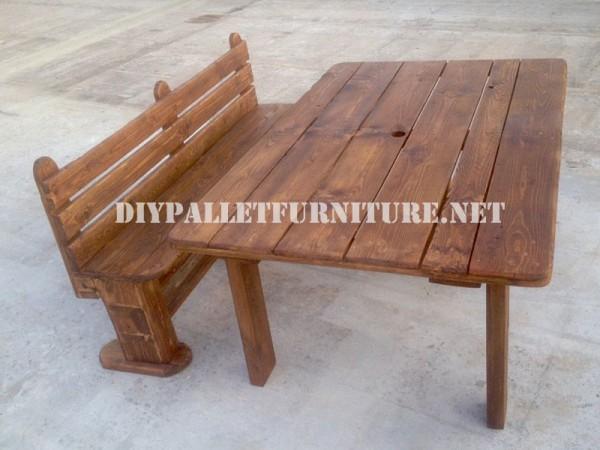 Panca e tavolo realizzati con pallet per il cantiere 1
