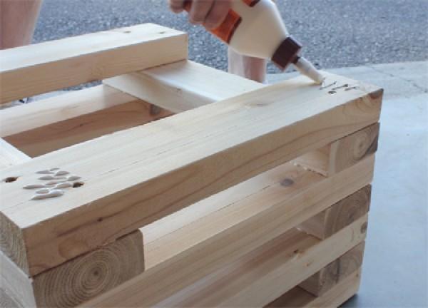 Panchina costruito con assi di pallet intercalati 3