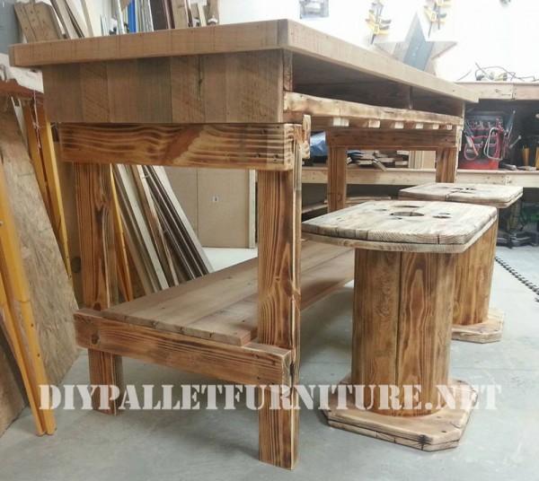 Bar e sgabelli costruito di legno di recuperomobili con for Sedie fatte con pallet