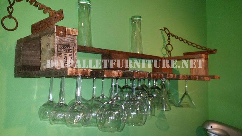 Bicchiere di vino gancio per la cucina con un pallet