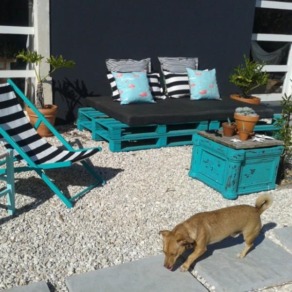 Giardino turchese con mobili riciclati e pallet 1