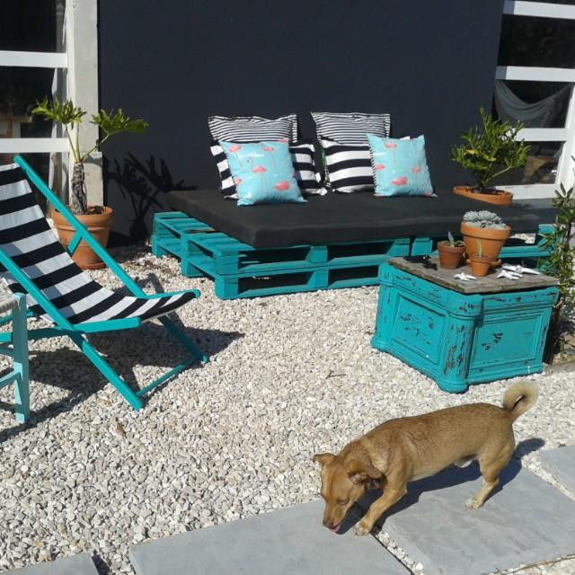 Giardino turchese con mobili riciclati e palletmobili con - Comprar muebles con palets ...