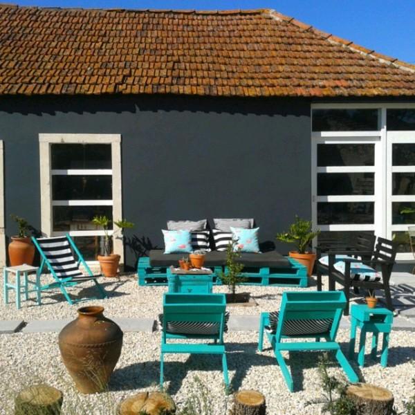 Giardino turchese con mobili riciclati e pallet