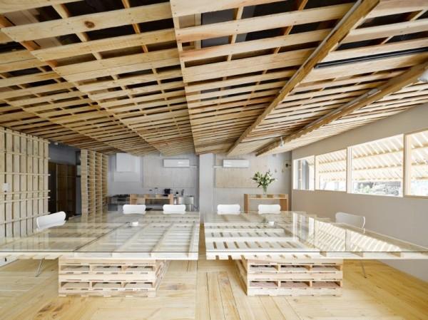 Hiroki Tominaga progetta un ufficio lowcost con 130 pallet! 1