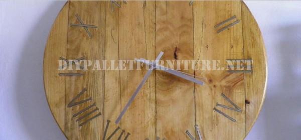 Orologio Pallet utilizzando chiodi arrugginiti per i numeri romani 4