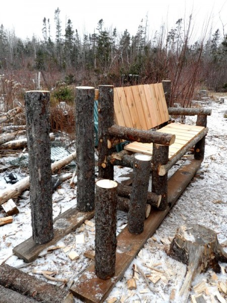 Panca costruita con tronchi e pallets 3