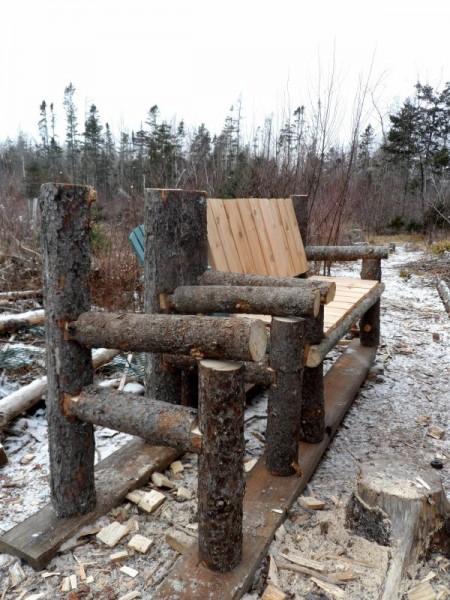 Panca costruita con tronchi e pallets 4
