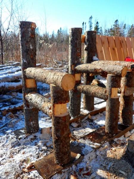Panca costruita con tronchi e pallets 5
