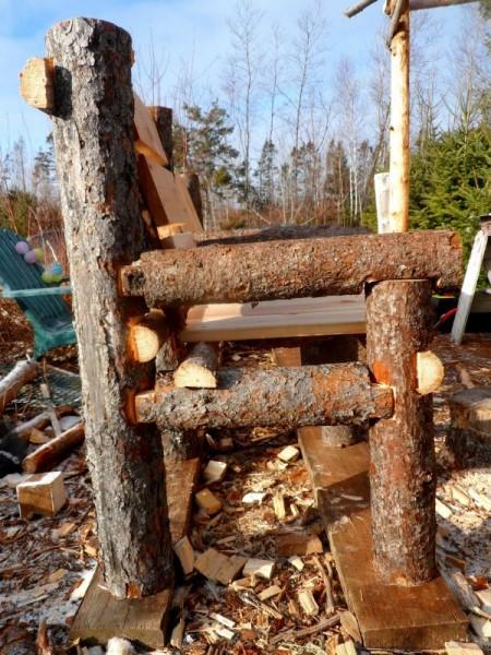 Panca costruita con tronchi e pallets 7